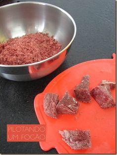 Você sabe como dessalgar, cozinhar e desfiar carne seca?