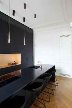 Noir et cuivré dans appartement Haussmanien