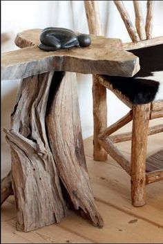 Tronco erosionado por el mar + rodaja de tronco = mesa auxiliar