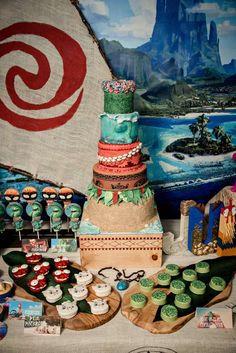 Moana Birthday Party | CatchMyParty.com Moana Themed Party, Moana Birthday Party, Moana Party, Luau Birthday, 6th Birthday Parties, Luau Party, 1st Birthday Girls, Birthday Ideas, Party Themes