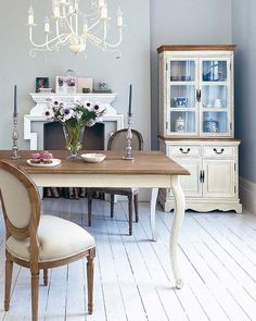 Shabby Chic Salon, Shabby Chic Homes, Dining Room Table, Dining Chairs, French Country Dining Room, Shower Tile Designs, Dinner Room, Rustic Bathrooms, Chic Bathrooms