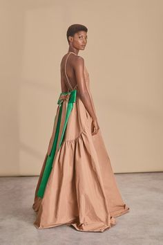 Get inspired and discover Rochas trunkshow! Shop the latest Rochas collection at Moda Operandi. Runway Fashion, Fashion Models, High Fashion, Womens Fashion, Haute Couture Style, Vogue Russia, Fashion Show Collection, Elegant Outfit, Red Carpet Fashion