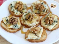 Toasts au roquefort, noix et miel, Recette Ptitchef A sweet / salty but also melting / crunchy combination ;-] – Aperitif Recipe: Toast with Roquefort, nuts and honey by Ptitchef_officiel Antipasto, Good Food, Yummy Food, Snacks Für Party, Food Platters, Appetisers, Finger Foods, Food Inspiration, Appetizer Recipes