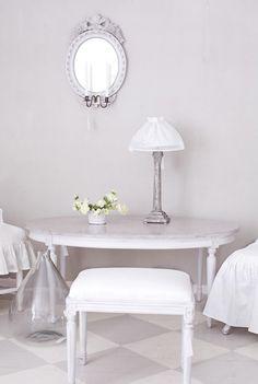 Gustavians taburett    Produktinfo samt fler bilder finns på: http://www.solgarden.se/vara-produkter/solgarden-classic-sittmobler/taburetter-bankar