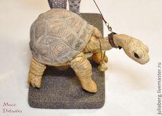 Этот мастер-класс скорее представляет собой пошаговую демонстрацию создания зонтика и черепахи для моей куклы Мисс Дятлова. Интерьер магазина Au Soli во Франции. Для того, чтобы создать многосекторный зонтик, возьмем фольгу и сделаем из нее шарик по размеру купола. Спицы - из тонкой проволоки, которая легко держит форму и не выпрямляется назад. Зафиксируем на шарике спицы зонта. Polymer Clay Sculptures, Animal Crackers, Rubrics, Sea Creatures, Fiber Art, Turtle, Projects To Try, Weaving, Miniatures