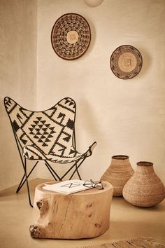 Ethnique chic en Grèce - PLANETE DECO a homes world - Expolore the best and the special ideas about Armchairs African Interior Design, African Design, African Style, African Fashion, Diy Wanddekorationen, African Home Decor, Wall Decor, Room Decor, Villa Design