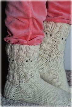 Villasukat matkalaukussa: Suloiset Pöllövillasukat (sis. ohje) Poncho Knitting Patterns, Knitted Poncho, Knitting Socks, Crochet Patterns, Foot Warmers, Owl Patterns, Wool Socks, Baby Sweaters, Keep Warm