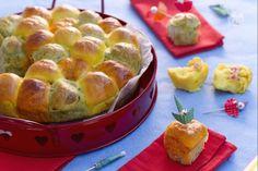 Il danubio multicolor salato è una versione del celebre dolce di pasta brioche; colorato con zafferano, pomodoro e basilico e tanti ripieni golosi!