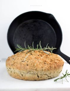 Brood uit de pan met olijven en rozemarijn Cooking Bread, Bread Baking, Olives, Healthy Cooking, Cooking Recipes, Vegetarian Cooking, Alice Delice, My Favorite Food, Favorite Recipes
