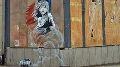 """Nach der letzten großen Aktion Dismaland von Banksy und mehreren Stencil-Arbeiten in Calais war der britische Street Art Künstler nach längerer Zeit wieder in London und hat eine Arbeit auf der Straße der Hauptstadt realisiert. """"The Miserables"""" ist ein mehrteiliges Stencil Piece an der französischen Botschaft. Mit der Arbeit kritisiert Banksy den Einsatz von Tränengas im Refugee Camp Jungle (Wikipedia) in der französischen Stadt Calais. Ein QR-Code verweist zu einem Video auf Youtube, das…"""