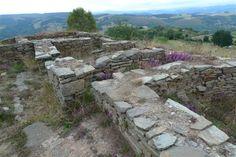 Castro Celta y Guarnición Romana de San Chuís, calle con cabañas romanas