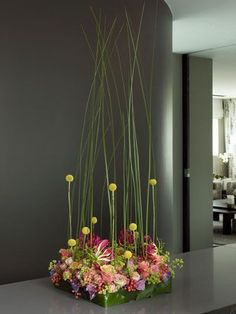 Pinned by Ikebana Beautiful… Ikebana, Deco Floral, Arte Floral, Decoration Buffet, Contemporary Flower Arrangements, Hotel Flowers, Modern Floral Design, Corporate Flowers, Table Flowers