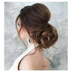 """Por Drielly Sobreira no Instagram: """"Inspiração de penteado que vi no ig @sendonoiva_ Esse coque baixo e despojado ficou maravilhoso! Amei!!!"""""""