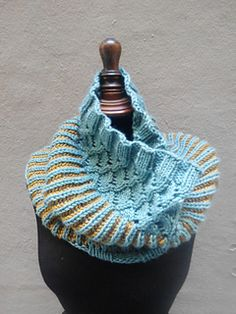 A big, squoooshy, cowl that - like its namesake drink made with coffee, liqueur and condensed milk - has 3 distinct parts: ribbing, brioche and a lace ending. Loom Knitting, Knitting Patterns Free, Knit Patterns, Free Knitting, Free Pattern, Finger Knitting, Knitting Tutorials, Knitting Machine, Knit Or Crochet