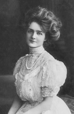 Actress Lily Elsie with an especially Gibson Girl-like look. Victorian Women, Edwardian Era, Edwardian Fashion, Vintage Fashion, 1900s Fashion, Victorian Era, Victorian Hair, Trendy Fashion, Vintage Mode