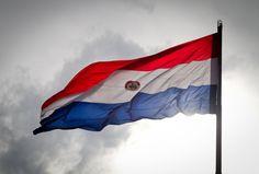 14 de agosto – Día de la Bandera Paraguaya – Se izó la primera desde el 15 de mayo hasta el 16 de junio de 1811, era de color azul con una estrella blanca. En noviembre de 1842, el Congreso decidió crea la nueva y última bandera, que rige hasta hoy día. El diseño es con franjas de color rojo, blanco y azul. Es la única bandera con dos escudo, uno al reverso y otro al anverso.