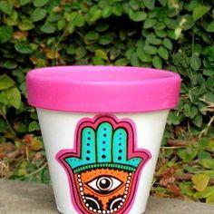 Macetas pintadas - diseño mano hindu Painted Plant Pots, Painted Flower Pots, Flower Pot Design, Decorated Flower Pots, Paint Storage, Flower Pot Crafts, Succulent Terrarium, Stencil Painting, Terracotta Pots