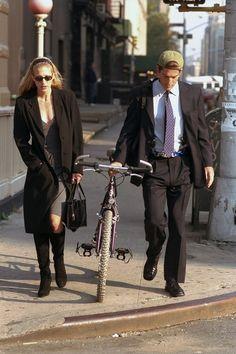 Newlyweds John F Kennedy Jr. and Carolyn Bessette Kennedy walk along. Kennedy Jr, Carolyn Bessette Kennedy, Jfk Jr, John John, Next Fashion, 90s Fashion, Fashion Trends, Fashion Inspiration, Outfits