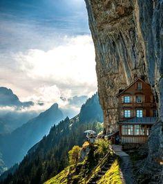 Le restaurant Äscher, en Suisse, situé en pleine montagne et incrusté dans les rochers