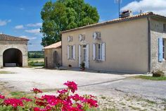 La Petite Barri�re Ozillac La Petite Barri?re is a holiday home situated in Ozillac in the Poitou-Charentes Region and is 41 km from Saintes. The property is set in a wine producing estate in the heart of vineyards, 32 km from Cognac. It offers a sun terrace.