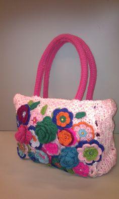 Just finished a #corchet/#knitted bag. Ready for spring. Net klaar, gehaakt en gebreide tas, klaar voor het voorjaar. Incl gevoerde binnentas met rits. www.gabrielle-art.nl
