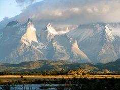 An den Ufern vom Rio Serrano genossen wir den Blick auf das herrliche Panorama der Fjord Landschaft und die bis zu knapp 3.000 Meter hohen, von Wolken umhüllten Gipfel (Chile 2011)