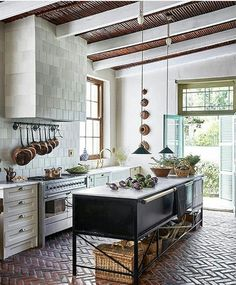 Interior Design Kitchen A farmhouse in the Klein Karoo has been nostalgically reimagined with a country kitchen at its heart. Watch and get lost in its rural tranquility and nostalgia. Modern Farmhouse Kitchens, Country Kitchen, New Kitchen, Kitchen Decor, Kitchen Ideas, Kitchen Storage, Decorating Kitchen, Awesome Kitchen, Kitchen Layout