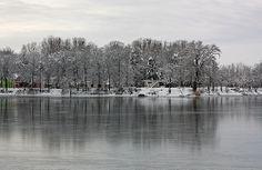 Glavno jezero u zimskom periodu, pogled na apartmansko naselje.