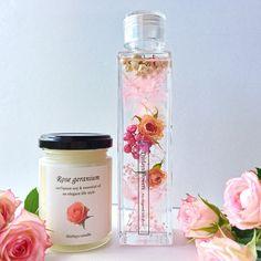 ◯薔薇農園で丁寧にお一つずつ作られた、美しいアンティークピンクローズのドライフラワーがポイントのハーバリウム。他にはない、コルクを埋め込んだ上品なクリアタイプのキャップを使用。◯天然100%ローズゼラニウム精油をたっぷりと配合した瑞々しく上品な香りの天然ソイキャンドル。2点のギフトセットです。毎日に心がほっとできる心地よさを。高品質な素材のみを厳選して使用。ラグジュアリーな雰囲気を美しく。〜いろいろなスペースで草花による癒しの空間を創り、毎日にほっとする瞬間を~------------------------------------------------Thirlaysとは妖精の名前。。花の妖精が好むシアレスフラワーリウムの世界。ドライフラワーやプリザーブドフラワーを特別な保存液(ミネラルオイル)に浸すことで、花やハーブをお手入れ不要で美しいままお楽しみいただけるインテリアです。-----------------------------------------------【ギフトラッピングボックスのメッセージラベルをお選びいただけます】①Thirlays…