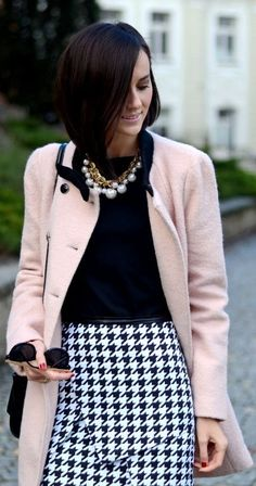 Half length pink coat & houndstooth skirt - such a classy style, can't get enough! Style Work, Mode Style, Blazer Rose, Look Rose, Winter Stil, Look Chic, Work Attire, Work Fashion, Classic Fashion