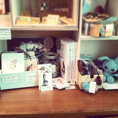 Ich bin mit Postkarten, Kinderbuch und anderen Kleinigkeiten in Caros Lädchen im Frankenberger Viertel eingezogen. Im Nachbarfach findet ihr Itzelines-things.