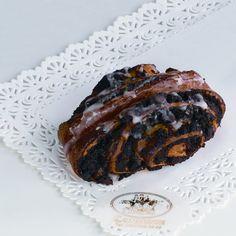Drożdżówka z makiem Przygotowana z ciasta półfrancuskiego, z wypełnieniem makowym.