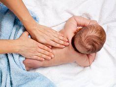 A massagem estimulo o vínculo entre pais e bebês.
