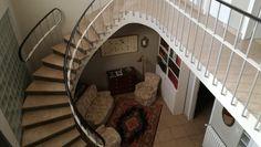 escalera con mucha luz y vista panoramica de la casa.