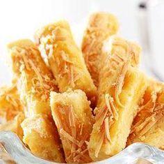 Resep Kue Kastengel Keju RenyJ ah Enak Biscuit Cookies, Biscuit Recipe, Yummy Cookies, Cheese Cookies, Almond Cookies, Shortbread Cookies, Cake Cookies, Indonesian Desserts, Indonesian Cuisine