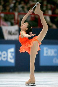 女子ショートプログラムで演技する浅田(2005年11月18日) (800×1200) http://www.nikkansports.com/sports/figure/asada-mao/photo/article/1517327.html