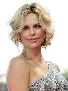 Charlize Theron - she can do no wrong beauty-wise! Short Hair Up, Short Hair Styles, Party Hairstyles, Wedding Hairstyles, Hairstyles Videos, Charlize Theron Short Hair, Wavey Hair, World Most Beautiful Woman, Beautiful People