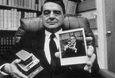 Edwin Land, co-fondateur de Polaroïd, montrant son portrait réalisé à l'aide du célèbre modèle SX-70, le 1er novembre 1972.