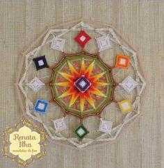Mandala de 12 pontas, 40X40cm, com estrutura de varetas de bambus de 0,5cm. <br> <br>A mandala de 12 pontas representa os ciclos que se completam, findam e reiniciam na espiral da plenitude, inspirando o sentimento de missão cumprida. Composta por seis chakras que circundando o sol irradiando o Prana e imantando o primeiro de todos, o Coronário, nosso eixo, nossa entrada. O círculo dos seis chakras vibra a energia do 6, número que remete ao amor e harmonia com a família, ao bem-estar de se…