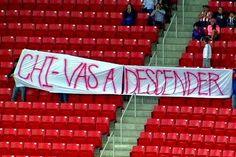 DETIENEN A AFICIONADOS QUE MOSTRARON MANTA CONTRA CHIVAS || Faltaban cinco minutos para que el partido entre Chivas y Xolos terminara y una manta apareció en la tribuna con la leyenda CHI-VAS A DESCENDER. La golpiza duró unos minutos, hubo un lesionado y la policía de Zapopan los consignó y los retiró del inmueble, ya que los ánimos estaban encendidos.