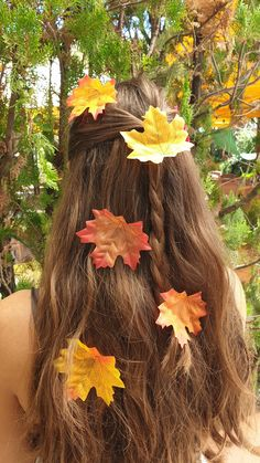 🌿 Se vuoi saperne di più seguici su Instagram o visita il nostro shop Etsy. 💚🍁 Faeries, Hair Pins, Witch, Hair Accessories, Dreadlocks, Leaves, Cosplay, Fantasy, Hair Styles