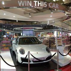 Sorteio de carro no aeroporto de Dubai é assim: #porsche #porsche911 #911carrera
