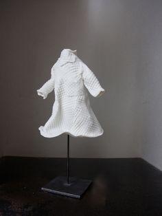 robe armure<br></a>statuette en porcelaine montée sur socle en acier