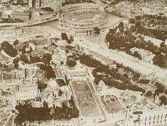 Veduta aerea archeologica centrale con il Palatino in primo piano e il Colosseo. Sono in corso i lavori per la nuova via dei Trionfi, mentre appare ultimata la via dell'Impero, inaugurata nel 1932 Anno: Post 1932