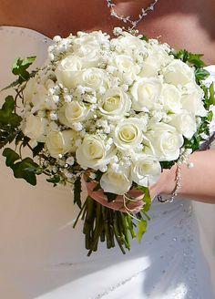 Ramo de novia con rosas blancas/ Bridal bouquet with white roses  #sitgeswedding #wedding #floral #floweshop #flowershopsitges #flowerarrangement #sitges #bodasitges #arreglosflorales #flores #flors #bridalbouquet #casaments #bodas #bride #roses #white