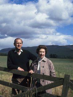 1972 posieren Königin Elizabeth und Prinz Philip im schottischen Balmoral.