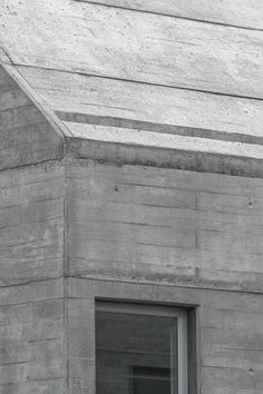 the building as the machine as the material FROM_a f a s i a: Souto de Moura Concrete Light, Concrete Facade, Concrete Architecture, Concrete Structure, Architecture Details, Modern Architecture, Rendered Houses, Steel Roofing, Roof Detail