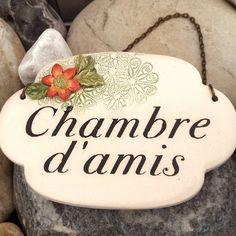 """Plaque de porte vintage en céramique """"chambre d'amis"""", décor fleur orange."""