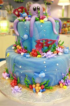 Festa linda, pode ser para menino ou menina. Um tema pouco usado ultimamente. Aqui o fundo do mar é colorido e muito fofo, o bolo ao centro...