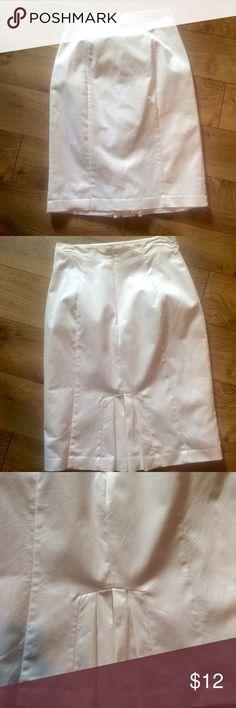 Worthington white skirt Skirt falls below the knee 56% cotton 42%nylon and 2% spandex  has lining 100%polyester Worthington Skirts Pencil